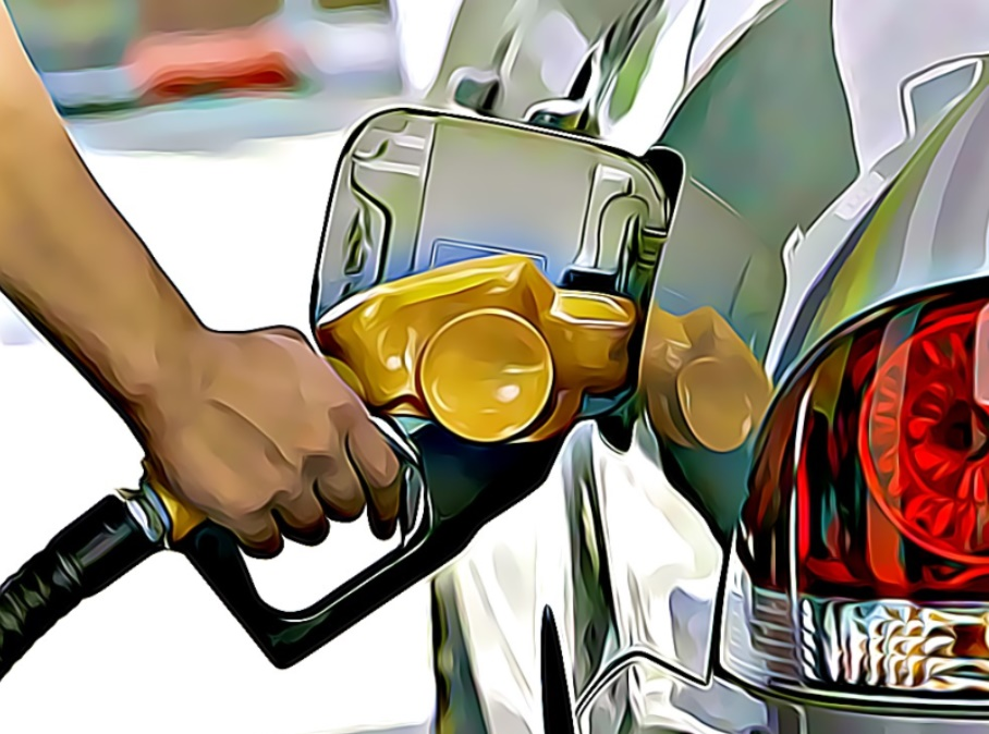 persona recargando gasolina en el coche